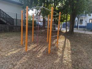 Klettergerüst auf dem Pausenhof der Grundschule